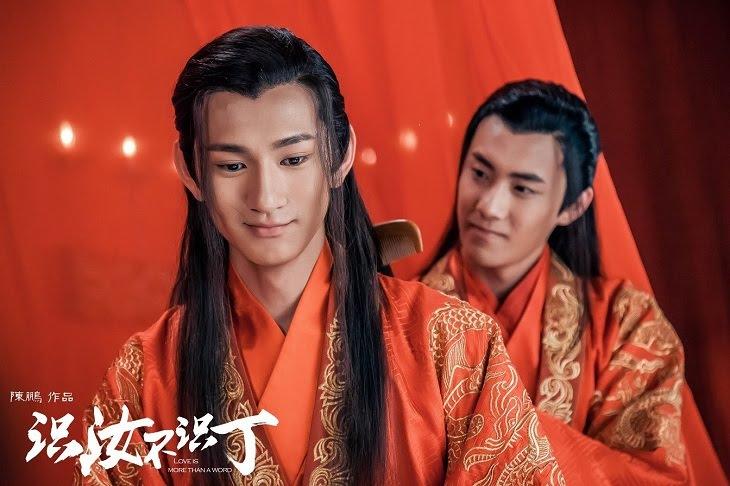 Hai nhân vật chải tóc trong đêm tân hôn