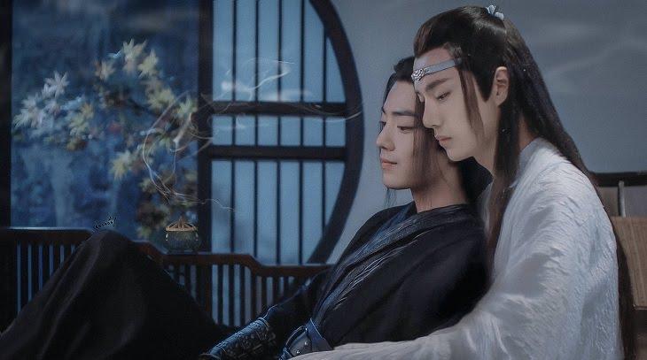 Hai nhân vật chính thân thiết ngồi vào lòng nhau trong một cảnh phim